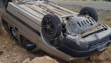 El utilitario Peugeot Partner quedó en posiciòn invesrtido tras volcar.