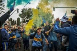 Los hinchas de Boca muestran su apoyo al equipo antes de partir rumbo a Madrid.