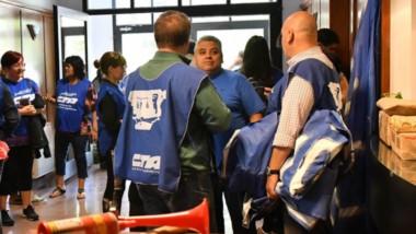 Protesta. El halla del STJ en Rawson, escenario de concentración para los empleados que protestaron.