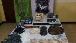 La Policía decomisó tres kilos de marihuana, 335 dosis de cocaína, una escopeta, cartuchos, balanzas, dinero en efectivo, un kayak y una máscara del Guasón.