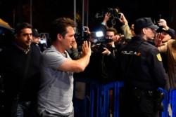 El saludo del técnico Barros Schelotto para los hinchas que se congregaron en la puerta del hotel.