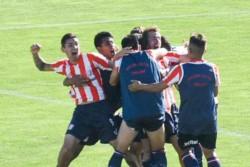 Rosas es abrazado por Hidalgo, se suman Bataller y Castillo en el Abel Sastre.