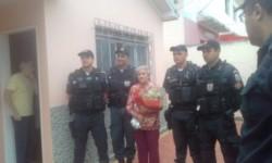 Policías de Brasil posan junto a la abuela salvada en una toma de rehén.