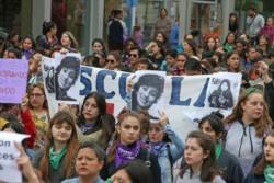 Organizaciones feministas, sociales y sindicales participaron hoy de la movilización en repudio al fallo del juicio por el femicidio de Lucía Pérez.