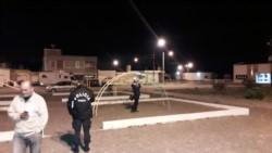 Una consigna policial custodia la plaza en donde ocurrió el extraño hecho. (Foto: @florvega85)