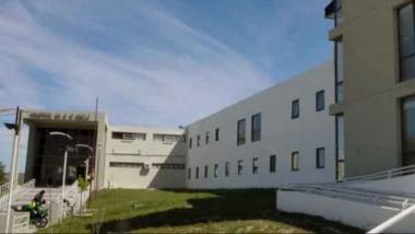 Ayer a la madrugada la Policía del Chubut intervino en el hospital Isola de Puerto Madryn. Fue luego de que un hombre ingresara con heridas, causadas por su esposa en sus genitales.
