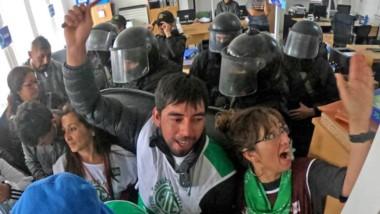 Los trabajadores desconocieron la Conciliación dictada por el Gobierno y tomaron las oficinas de Trabajo.