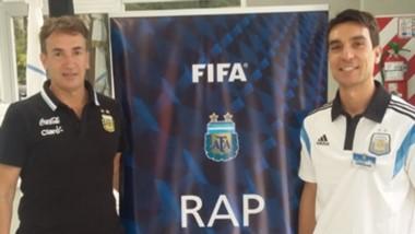 Savorani posa con Federico Beligoy, en un curso FIFA semanas atrás.