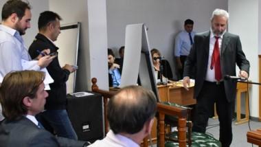En llamas. Sentado primero a la izquierda, Fossati mira a un enojado Mantegna rumbo a su declaración.