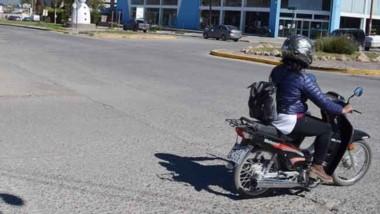 El viajero estuvo en Esquel y filmó  el tránsito en una rotonda.