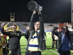 Es el único entrenador campeón de Libertadores con un equipo ecuatoriano. Es el único DT campeón de Libertadores con San Lorenzo. Ahora, sacó campeón a Central después de 23 años.