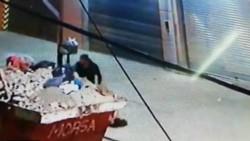 El femicida descarta el cuerpo de la mujer al costado del contenedor.