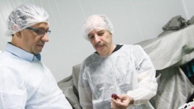 Sabor. Maderna revisa con uno de los emprendedores la calidad de las cerezas que ya se exportan a medio mundo y esperan por el mercado chino.