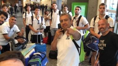 Selfie de Mauro Pagani con los entrenadores y el resto del plantel, minutos antes de abordar el avión.