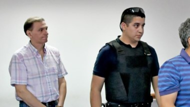Esposados. Rossi (izquierda) y Quilaleo son conducidos rumbo a la audiencia de revisión en los Tribunales.