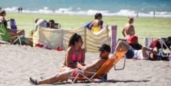 A la playa. Aprovechando el calor de este viernes, Madryn se vistió de verano.