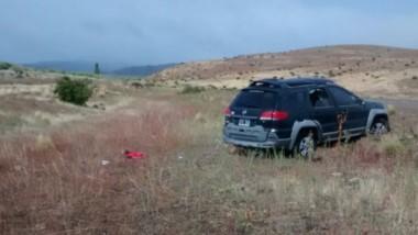 Secuestro frustrado. El vehículo del pastor evangélico quedó en el costado de la ruta tras el vuelco junto con los dos delincuentes.