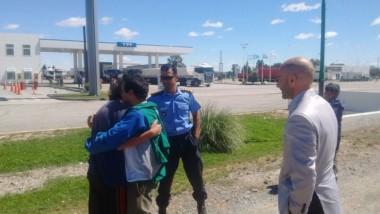 Los funcionarios volvían a Trelew de Puerto Madryn y les pareció que era el hombre extraviado el domingo.