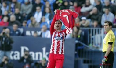Atlético Madrid se impuso con un gol de Griezmann desde el minuto inicial y le mete presión al líder Barcelona.