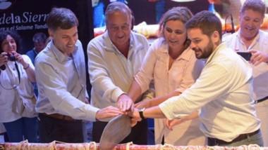 La producción de este salame gigante requirió el trabajo de 80 personas durante 20 horas para procesar más de 120 kilos de carnes y tocinos.