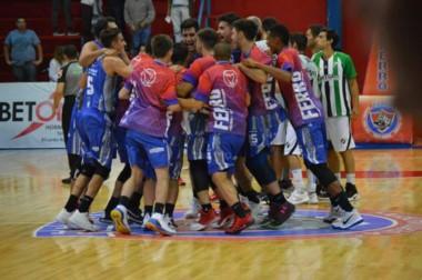 La ronda y el festejo de los jugadores de Ferro por la agónica victoria que sirvió para treparse a la punta. (foto: @javigarciapm).