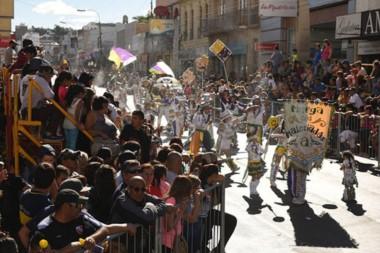 Multitud. Cientos de murgueros coparon la calle San Martín. Hoy sigue la movida.