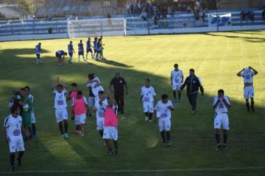 Tras la histórica victoria, el plantel de Río Pico saluda a los hinchas que se acercaron a Bariloche .