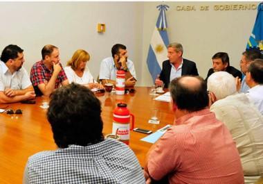 Cerca de las 20, el gobernador rubricó la firma del acta compromiso con la Federación Empresaria de Chubut para apoyar el paquete de leyes.