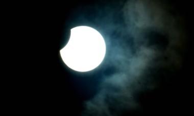 Asi se veía el sol a las 18.29 de hoy en Trelew. (Foto: Daniel Feldman).