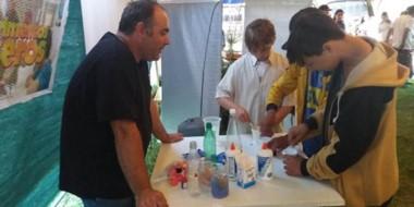 Se brinda un espacio para que chicos y grandes interactúen con científicos.