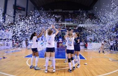 El equipo Universitario de Caleta Olivia, con la trelewense Paula Fernández, ganó dos partidos de visitante.