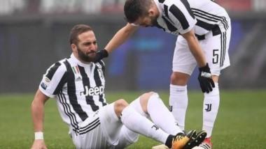 Chocó con Sirigu, el arquero del Torino, en la primera jugada de #Torino vs #Juventus y tuvo que dejar la cancha a los 14 minutos, con mucho dolor en su tobillo izquierdo.