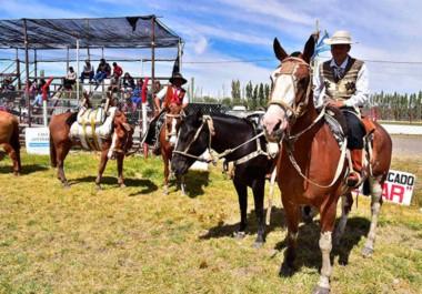 Proeza gaucha. Rodolfo Fabúndez y Uriel Díaz viajaron a caballo a Sarmiento para acompañar el Festival de Doma. (Gentileza Julio Arrative)