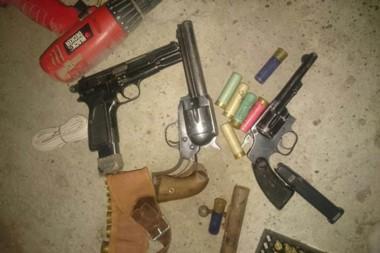 Las armas fueron encontradas en un domicilio registrado por la Policía en la jornada de ayer en Comodoro.