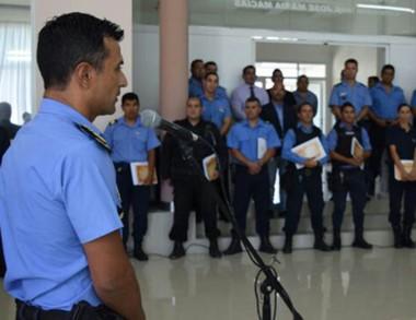 Perfil. El jefe Gómez distinguió a policías y explicó el operativo.
