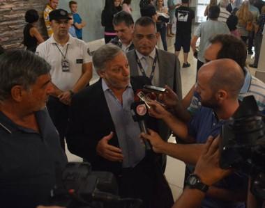 En su llegada a Trelew, el ministro atendió a las preguntas de la prensa en las instalaciones del Aeropuerto.