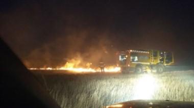 Varias dotaciones trabajan en un gran incendio en una estancia en Sierra de la Ventana.