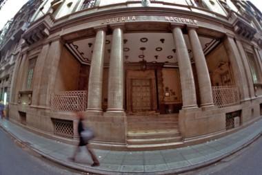 Bingo!? Imagen de la entrada del edificio de Lotería Nacional tomada con un lente gran angular u