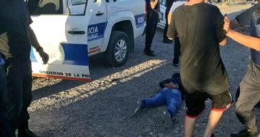 El joven, herido, yace en el suelo luego de ser detenido por la Policía. Fue trasladado al hospital Zonal.