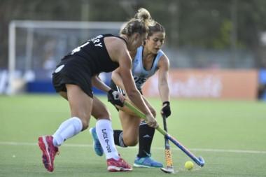 La chubutense Julia Gomes Fantasia en acción, pelea por la bocha ante una rival de Nueva Zelanda.