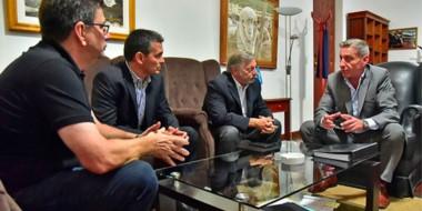 Juntos. Arcioni habló con Aranguren de la cumbre en Telsen, la energía eólica y la situación petrolera.
