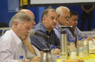 Voces. Algo cansado, el ministro escucha el pronunciamiento del intendente Linares en la cumbre de Telsen.
