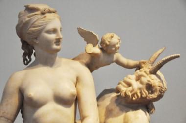 Otra estatua de la diosa del Amor, en este caso acompañada por el dios Pan.