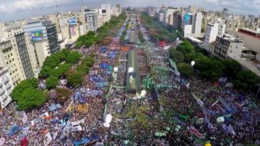 Miles de personas llenaron la Avenida de 9 de Julio en la marcha contra el gobierno.