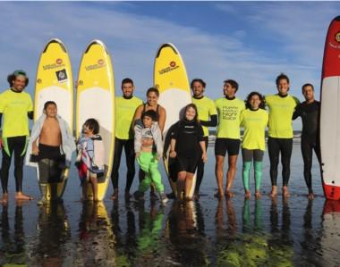 Los chicos con capacidades diferentes pudieron disfrutar del surf junto a la Escuela de Surf de Playa Unión.