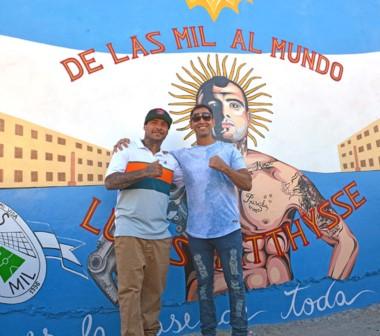 """Decenas de vecinos y fanáticos de Matthysse se acercaron al mural del barrio """"Mil Viviendas"""" para contemplar la obra de arte en su inauguración. Todos querían una foto con Lucas."""