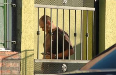 Se lo pudo ver al  fiscal Nápoli en búsqueda del dinero y otras evidencias en la casa del sospechoso.