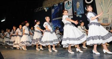 En estas celebraciones se exponen y recrean las costumbres, música, danza y comidas típicas.
