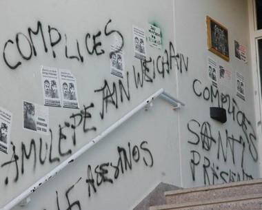 Entrar a Tribunales significa tomar contacto con las pintadas, fieles reflejos del desprecio por Trelew.
