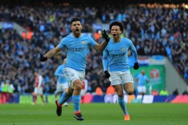 """El """"Kun"""" Agüero marcó el primer gol del City. Guardiola consiguió su primer título con el elenco de Manchester."""